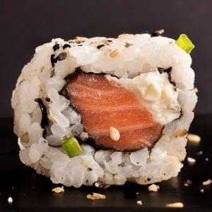 Uramaki de Salmão - Delivery Sushi Rão, o Maior do Brasil. O melhor da Comida Japonesa na sua casa!